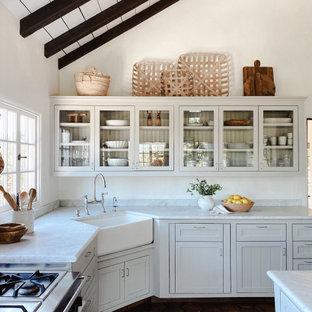 サンフランシスコのカントリー風おしゃれなキッチン (エプロンフロントシンク、シェーカースタイル扉のキャビネット、白いキャビネット、濃色無垢フローリング、茶色い床、白いキッチンカウンター、表し梁、三角天井) の写真