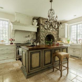ニューヨークのシャビーシック調のおしゃれなキッチン (レイズドパネル扉のキャビネット、白いキッチンパネル、シルバーの調理設備の、ベージュの床、ベージュのキッチンカウンター、ヴィンテージ仕上げキャビネット) の写真