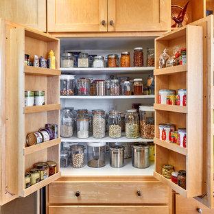 Idéer för mellanstora funkis kök, med en integrerad diskho, skåp i shakerstil, skåp i ljust trä, bänkskiva i rostfritt stål, blått stänkskydd, stänkskydd i keramik, rostfria vitvaror, linoleumgolv, en halv köksö och brunt golv