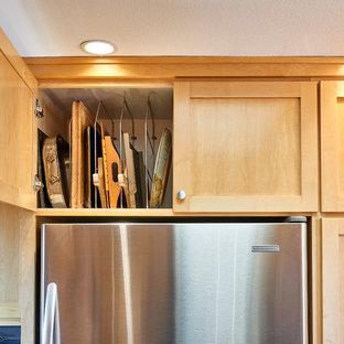 Идея дизайна: п-образная кухня среднего размера в современном стиле с обеденным столом, монолитной раковиной, фасадами в стиле шейкер, светлыми деревянными фасадами, столешницей из нержавеющей стали, синим фартуком, фартуком из керамической плитки, техникой из нержавеющей стали, полом из линолеума, полуостровом и коричневым полом