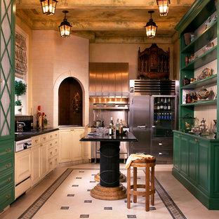 Foto di una grande cucina parallela bohémian chiusa con paraspruzzi con piastrelle di metallo, paraspruzzi a effetto metallico, ante con bugna sagomata, ante verdi, elettrodomestici in acciaio inossidabile, lavello sottopiano, top in marmo, pavimento con piastrelle in ceramica e isola