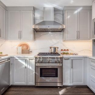 サンフランシスコの中くらいのモダンスタイルのおしゃれなダイニングキッチン (アンダーカウンターシンク、白いキャビネット、クオーツストーンカウンター、白いキッチンパネル、ガラスタイルのキッチンパネル、シルバーの調理設備、無垢フローリング、アイランドなし、茶色い床、白いキッチンカウンター) の写真