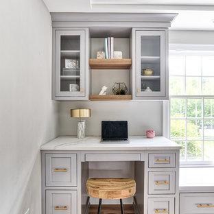 ニューヨークの大きいトランジショナルスタイルのおしゃれなキッチン (淡色無垢フローリング、ベージュの床、アンダーカウンターシンク、インセット扉のキャビネット、白いキャビネット、クオーツストーンカウンター、白いキッチンパネル、モザイクタイルのキッチンパネル、パネルと同色の調理設備、白いキッチンカウンター) の写真