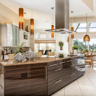 マイアミの広いコンテンポラリースタイルのおしゃれなキッチン (ドロップインシンク、フラットパネル扉のキャビネット、白いキャビネット、シルバーの調理設備、セラミックタイルの床、クオーツストーンカウンター、茶色いキッチンパネル、ボーダータイルのキッチンパネル) の写真