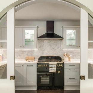 Imagen de cocina tradicional renovada, cerrada, sin isla, con electrodomésticos negros