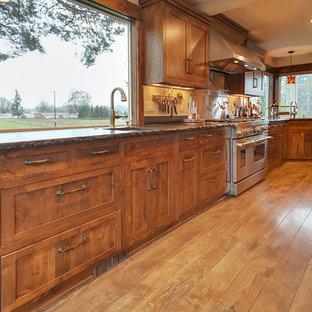 Große Klassische Wohnküche in L-Form mit Unterbauwaschbecken, Schrankfronten im Shaker-Stil, hellbraunen Holzschränken, Marmor-Arbeitsplatte, Küchenrückwand in Grau, Rückwand aus Stein, Küchengeräten aus Edelstahl, hellem Holzboden und Kücheninsel in Portland