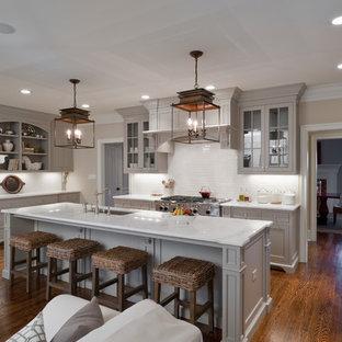 Offene Klassische Küche in U-Form mit Schrankfronten mit vertiefter Füllung, grauen Schränken, Küchenrückwand in Weiß, Elektrogeräten mit Frontblende und weißer Arbeitsplatte in Charlotte