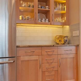 Bild på ett mellanstort vintage kök, med en undermonterad diskho, skåp i shakerstil, skåp i ljust trä, bänkskiva i onyx, vitt stänkskydd, stänkskydd i tunnelbanekakel, rostfria vitvaror och ljust trägolv