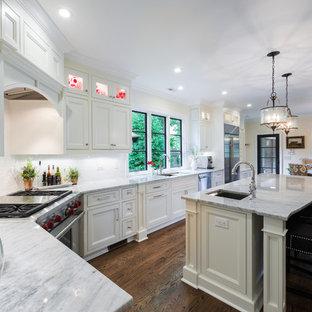 Foto di una cucina classica con ante con riquadro incassato, ante bianche, paraspruzzi bianco, paraspruzzi con piastrelle diamantate e elettrodomestici in acciaio inossidabile