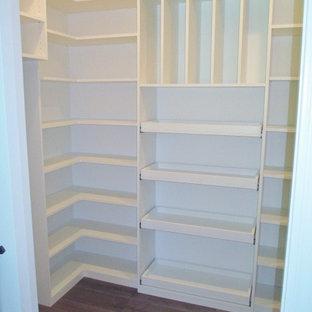 Inspiration för mellanstora kök, med vita skåp, luckor med upphöjd panel, heltäckningsmatta och grått golv