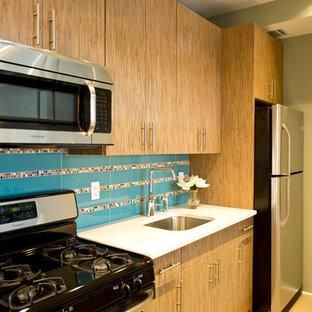 ニューヨークの小さいモダンスタイルのおしゃれなキッチン (アンダーカウンターシンク、フラットパネル扉のキャビネット、中間色木目調キャビネット、クオーツストーンカウンター、マルチカラーのキッチンパネル、セラミックタイルのキッチンパネル、シルバーの調理設備、セラミックタイルの床、茶色い床) の写真