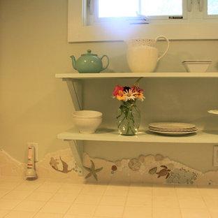 ワシントンD.C.の小さいエクレクティックスタイルのおしゃれなII型キッチン (シングルシンク、レイズドパネル扉のキャビネット、白いキャビネット、タイルカウンター、マルチカラーのキッチンパネル、石タイルのキッチンパネル、白い調理設備、ライムストーンの床、アイランドなし) の写真