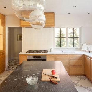 Esempio di una cucina ad U design con ante lisce, ante in legno scuro, paraspruzzi bianco, elettrodomestici in acciaio inossidabile, isola, pavimento multicolore e top bianco