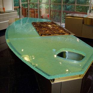 Ejemplo de cocina comedor minimalista con fregadero bajoencimera, encimera de vidrio y encimeras turquesas