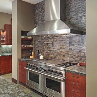 ロサンゼルスの大きいアジアンスタイルのおしゃれなキッチン (フラットパネル扉のキャビネット、中間色木目調キャビネット、御影石カウンター、グレーのキッチンパネル、ボーダータイルのキッチンパネル、シルバーの調理設備の、アンダーカウンターシンク、スレートの床) の写真