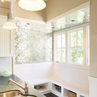 サンフランシスコのトランジショナルスタイルのおしゃれなキッチン (アンダーカウンターシンク、白いキッチンパネル、サブウェイタイルのキッチンパネル、シルバーの調理設備、濃色無垢フローリング、黒い床、緑のキッチンカウンター) の写真