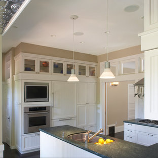 サンフランシスコのトランジショナルスタイルのおしゃれなキッチン (アンダーカウンターシンク、白いキッチンパネル、サブウェイタイルのキッチンパネル、シルバーの調理設備の、濃色無垢フローリング、黒い床、緑のキッチンカウンター) の写真