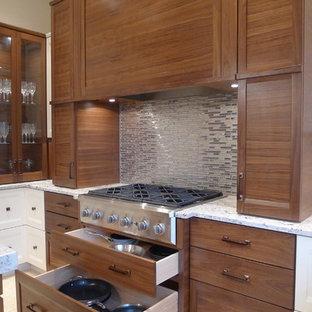 Mittelgroße Moderne Küche in U-Form mit Granit-Arbeitsplatte, Unterbauwaschbecken, Schrankfronten mit vertiefter Füllung, hellbraunen Holzschränken, Küchenrückwand in Metallic, Rückwand aus Metallfliesen, Küchengeräten aus Edelstahl und Keramikboden in Indianapolis