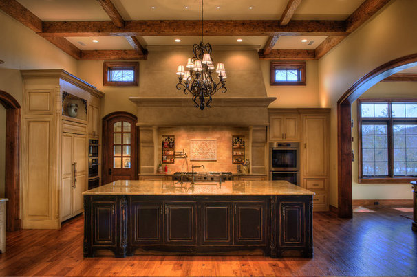 Rustic Kitchen by Gabriel Builders Inc.