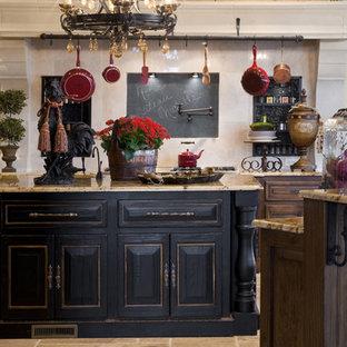 オクラホマシティの地中海スタイルのおしゃれなキッチン (レイズドパネル扉のキャビネット、黒いキャビネット) の写真