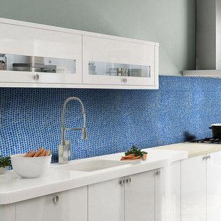 Große Moderne Wohnküche in L-Form mit Glasfronten, weißen Schränken, Küchenrückwand in Blau und Rückwand aus Mosaikfliesen in San Francisco