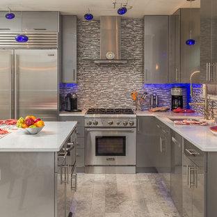 Imagen de cocina en L, contemporánea, pequeña, abierta, con fregadero bajoencimera, armarios con paneles lisos, puertas de armario grises, encimera de azulejos, salpicadero multicolor, salpicadero con mosaicos de azulejos, electrodomésticos de acero inoxidable, suelo de baldosas de porcelana y una isla