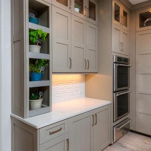 Idéer för stora funkis kök, med vitt stänkskydd, ljust trägolv, en köksö, skåp i shakerstil, grå skåp och rostfria vitvaror