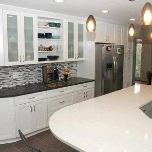 デトロイトのエクレクティックスタイルのおしゃれなキッチン (アイランドなし、白いキャビネット、マルチカラーのキッチンパネル、ボーダータイルのキッチンパネル、シルバーの調理設備の) の写真