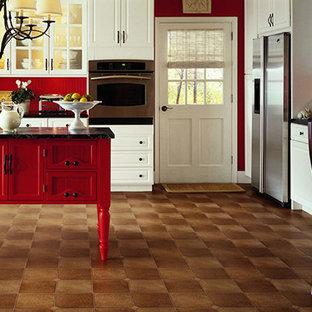 Mittelgroße Klassische Wohnküche in L-Form mit Kücheninsel, profilierten Schrankfronten, weißen Schränken, Marmor-Arbeitsplatte, Küchenrückwand in Rot, Küchengeräten aus Edelstahl, Linoleum, braunem Boden und schwarzer Arbeitsplatte in Providence
