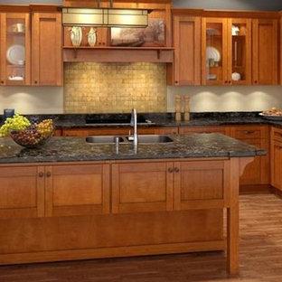 Geschlossene, Mittelgroße Urige Küche in L-Form mit Einbauwaschbecken, Schrankfronten im Shaker-Stil, hellen Holzschränken, Onyx-Arbeitsplatte, Küchenrückwand in Beige, Rückwand aus Steinfliesen, Küchengeräten aus Edelstahl, hellem Holzboden und Kücheninsel in Salt Lake City