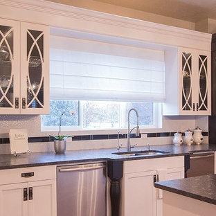 Einzeilige, Mittelgroße Klassische Wohnküche mit Unterbauwaschbecken, Schrankfronten mit vertiefter Füllung, weißen Schränken, Quarzwerkstein-Arbeitsplatte, Küchenrückwand in Weiß, Kücheninsel und Küchengeräten aus Edelstahl in New York
