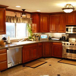 他の地域の中サイズのトラディショナルスタイルのおしゃれなL型キッチン (レイズドパネル扉のキャビネット、中間色木目調キャビネット、御影石カウンター、シルバーの調理設備の、大理石の床) の写真