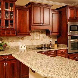 Offene, Einzeilige, Mittelgroße Küche mit profilierten Schrankfronten, dunklen Holzschränken, Arbeitsplatte aus Terrazzo, Küchenrückwand in Beige, Rückwand aus Keramikfliesen, Küchengeräten aus Edelstahl und Kücheninsel in Raleigh