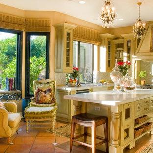 フェニックスの中サイズのカントリー風おしゃれなキッチン (エプロンフロントシンク、落し込みパネル扉のキャビネット、ベージュのキャビネット、ソープストーンカウンター、白いキッチンパネル、モザイクタイルのキッチンパネル、カラー調理設備、セラミックタイルの床) の写真