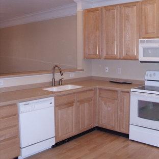 チャールストンのおしゃれなキッチン (ルーバー扉のキャビネット、中間色木目調キャビネット、木材カウンター、ベージュキッチンパネル、白い調理設備) の写真