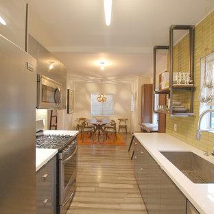 Свежая идея для дизайна: маленькая параллельная кухня в современном стиле с обеденным столом, одинарной раковиной, плоскими фасадами, серыми фасадами, столешницей из кварцита, зеленым фартуком, фартуком из керамической плитки, техникой из нержавеющей стали, полом из бамбука, серым полом и белой столешницей - отличное фото интерьера