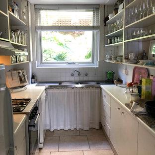 Geschlossene, Zweizeilige, Kleine Moderne Küche ohne Insel mit Doppelwaschbecken, offenen Schränken, weißen Schränken, Laminat-Arbeitsplatte, Küchenrückwand in Weiß, Rückwand aus Mosaikfliesen, weißen Elektrogeräten, Porzellan-Bodenfliesen, rosa Boden und weißer Arbeitsplatte in Sydney