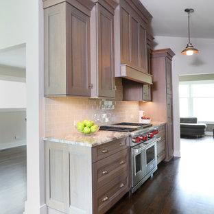 Zweizeilige Klassische Wohnküche ohne Insel mit Quarzit-Arbeitsplatte, Küchenrückwand in Grau, Rückwand aus Keramikfliesen, Küchengeräten aus Edelstahl, dunklem Holzboden, braunem Boden, Schrankfronten mit vertiefter Füllung, braunen Schränken und grauer Arbeitsplatte in Chicago