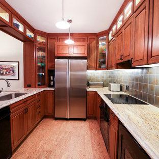 サンフランシスコの中くらいのモダンスタイルのおしゃれなキッチン (アンダーカウンターシンク、ガラス扉のキャビネット、赤いキャビネット、御影石カウンター、グレーのキッチンパネル、セラミックタイルのキッチンパネル、シルバーの調理設備、コルクフローリング、赤い床) の写真