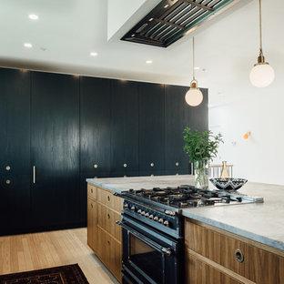 ソルトレイクシティの大きいエクレクティックスタイルのおしゃれなキッチン (ドロップインシンク、フラットパネル扉のキャビネット、緑のキャビネット、大理石カウンター、白いキッチンパネル、セラミックタイルのキッチンパネル、カラー調理設備、淡色無垢フローリング) の写真