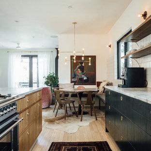 ソルトレイクシティの広いエクレクティックスタイルのおしゃれなキッチン (ドロップインシンク、フラットパネル扉のキャビネット、緑のキャビネット、大理石カウンター、白いキッチンパネル、セラミックタイルのキッチンパネル、カラー調理設備、淡色無垢フローリング) の写真