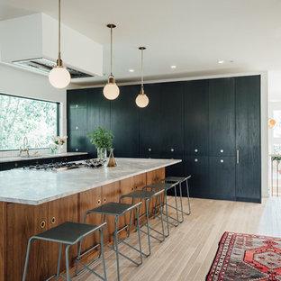 Стильный дизайн: большая угловая кухня-гостиная в стиле фьюжн с накладной раковиной, плоскими фасадами, зелеными фасадами, мраморной столешницей, белым фартуком, фартуком из керамической плитки, цветной техникой, светлым паркетным полом и островом - последний тренд