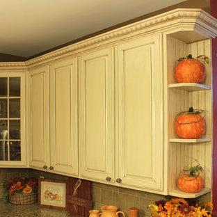 ワシントンD.C.の中くらいのトラディショナルスタイルのおしゃれなキッチン (アンダーカウンターシンク、レイズドパネル扉のキャビネット、白いキャビネット、御影石カウンター、グレーのキッチンパネル、石タイルのキッチンパネル、シルバーの調理設備、無垢フローリング) の写真