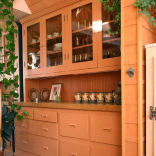 Einzeilige, Kleine Stilmix Wohnküche ohne Insel mit Landhausspüle, profilierten Schrankfronten, beigen Schränken, Arbeitsplatte aus Holz, Küchenrückwand in Braun, bunten Elektrogeräten und hellem Holzboden in San Francisco