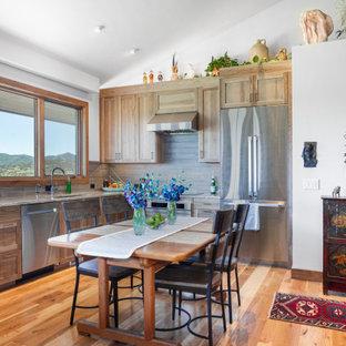 ソルトレイクシティの小さいエクレクティックスタイルのおしゃれなキッチン (シングルシンク、淡色木目調キャビネット、御影石カウンター、シルバーの調理設備の、淡色無垢フローリング、グレーのキッチンカウンター、シェーカースタイル扉のキャビネット、グレーのキッチンパネル、アイランドなし) の写真