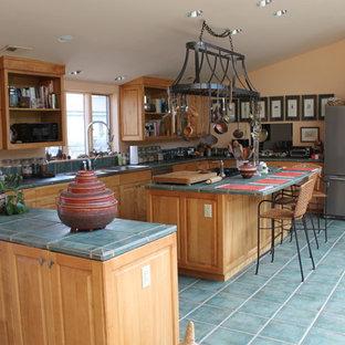 ワシントンD.C.の大きい地中海スタイルのおしゃれなキッチン (ダブルシンク、レイズドパネル扉のキャビネット、淡色木目調キャビネット、タイルカウンター、シルバーの調理設備の、セラミックタイルの床) の写真