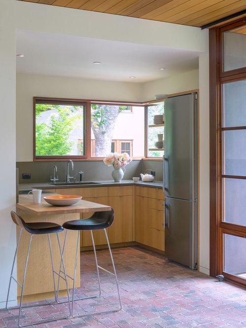 Kleine offene moderne küche in u form mit flächenbündigen schrankfronten küchenrückwand in grau