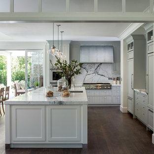 Inspiration för stora lantliga kök, med en undermonterad diskho, skåp i shakerstil, marmorbänkskiva, rostfria vitvaror, mellanmörkt trägolv, en köksö, blå skåp, vitt stänkskydd och stänkskydd i sten