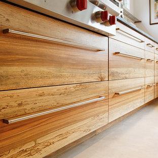 Zweizeilige, Mittelgroße Moderne Küche mit flächenbündigen Schrankfronten, hellbraunen Holzschränken, Edelstahl-Arbeitsplatte, Küchengeräten aus Edelstahl und Halbinsel in Philadelphia