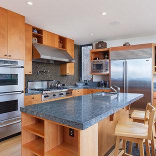 ロサンゼルスの大きいアジアンスタイルのおしゃれなキッチン (シングルシンク、フラットパネル扉のキャビネット、淡色木目調キャビネット、御影石カウンター、グレーのキッチンパネル、シルバーの調理設備の、竹フローリング、ベージュの床、グレーのキッチンカウンター) の写真
